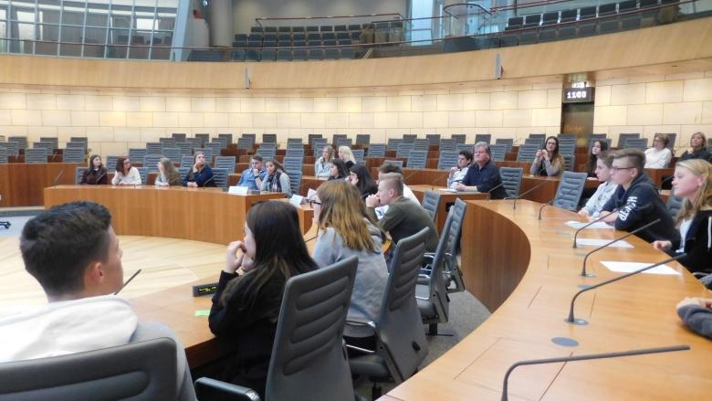 Spannung im Plenarsaal. Lehrer: Eckhard Pfeil und Petra Schuppert