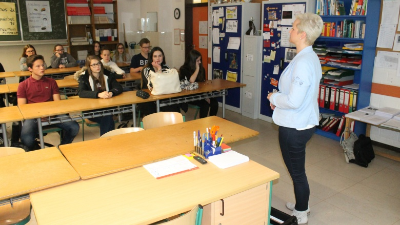Anke Fuchs-Dreisbach erklärt den Schülern in einer Politikstunde ihre Aufgaben im Landtag. Foto: Holger Weber (Siegener Zeitung)