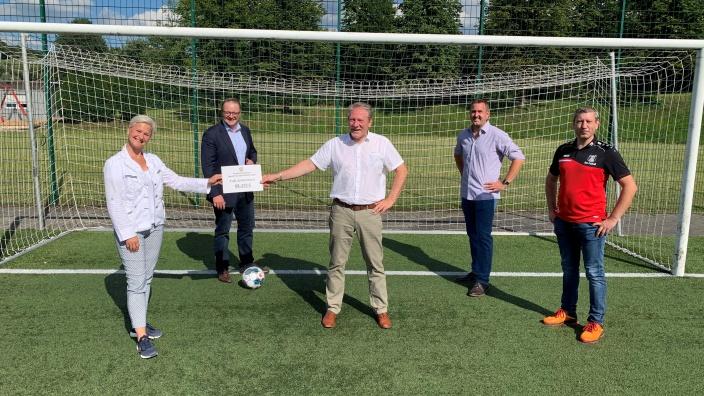 Anke Fuchs-Dreisbach überreicht dem TuS Johannland den symbolischen Scheck für die Sportstättenförderung.