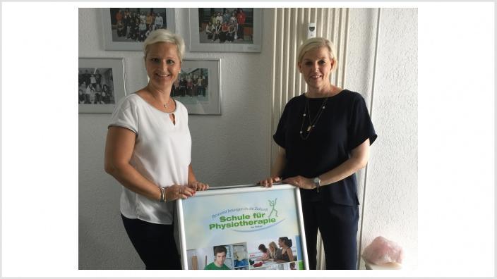 Anke Fuchs-Dreisbach mit Ina Acksel, Leiterin der Physiotherapieschule Siegen